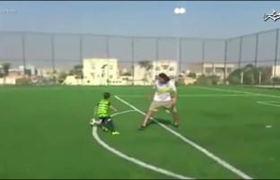 بنیامین فوتبالیست خردسال افغان؛ او را در بازی با توپ به «لیونل مسی» شباهت میدهند