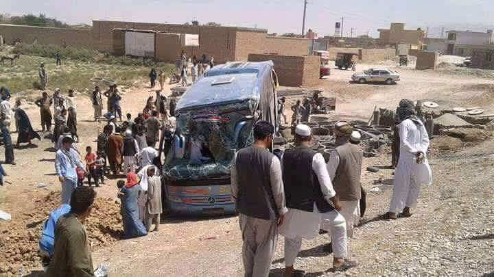 موتر مسافربری که در مسیر یکی از بزرگراههای افغانستان بهدلیل سرعت زیاد از جاده خارج شده بود و تلفات زیادی بر جای گذاشت / عکس: رسانههای اجتماعی