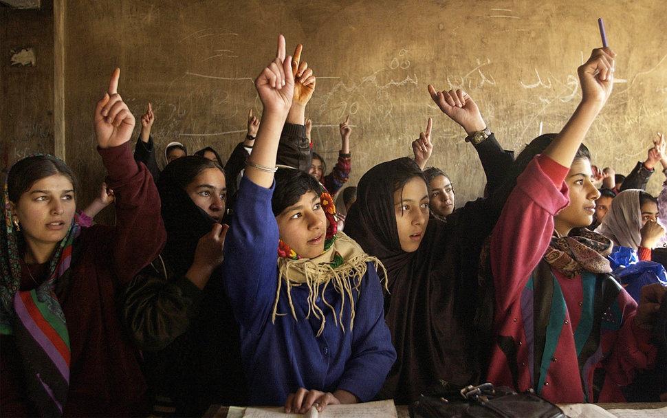 دختران دانشآموز افغان دستهای شان را بلند کرده اند تا به سوال مضمون ریاضی شان جواب دهند / عکس: گیتی