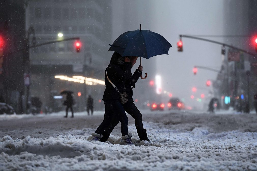 تصویری از یکی از جادههای پوشیده با برف در شهر نیویارک ایالت متحده. تصویر از AFP.