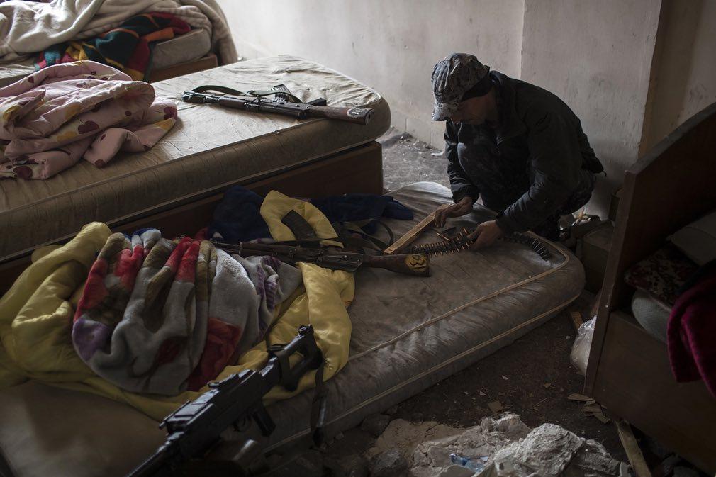 سرباز پلیس فدرال در عراق در حال بارگذاری مجدد سلاحاش. تصویر از AP.
