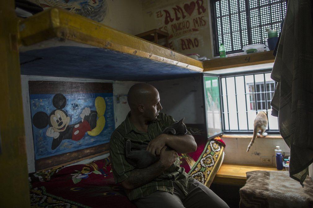 تصویر از یکی از زندانیان اسپانیایی در داخل زندان که یک روز قبل از بازگردانده شدنش از پیرو به اسپانیا گرفته شده است. تصویر از AP.