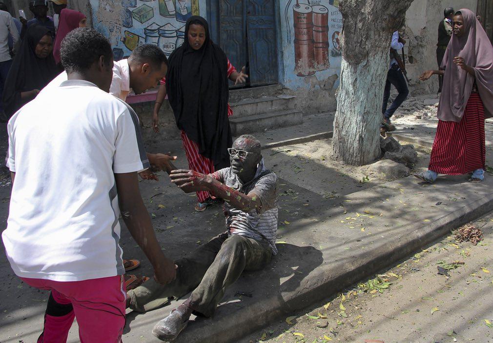 نمایی از صحنه پس از یک انفجار در ماگادیشوی سومالیا. تصویر از AP.