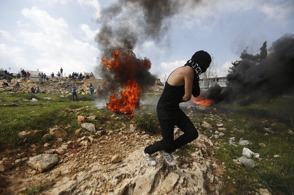 جریان تظاهرات شهروندان فلسطینی در شهر کرانه باختری اسرائیل. تصویر از AP.