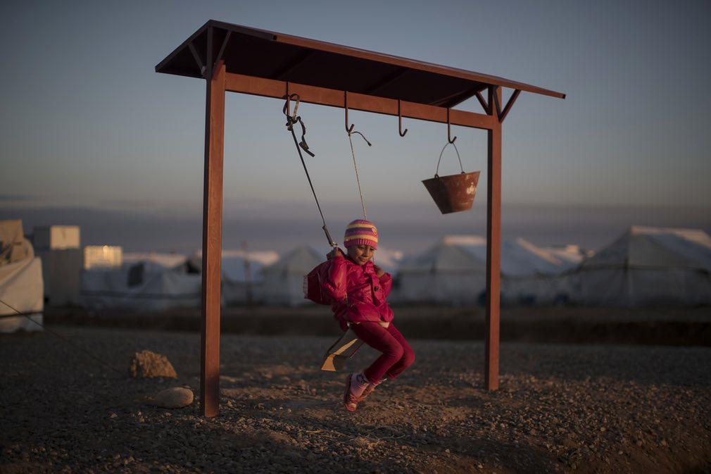 دختر بیجا شده داخلی عراقی در یکی از کمپهای مهاجرین در موصل. تصویر از AP.