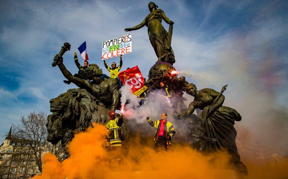 نمایی از جریان تظاهرات کارمندان آتش نشانی در شهر پاریس، فرانسه. تصویر از EPA.