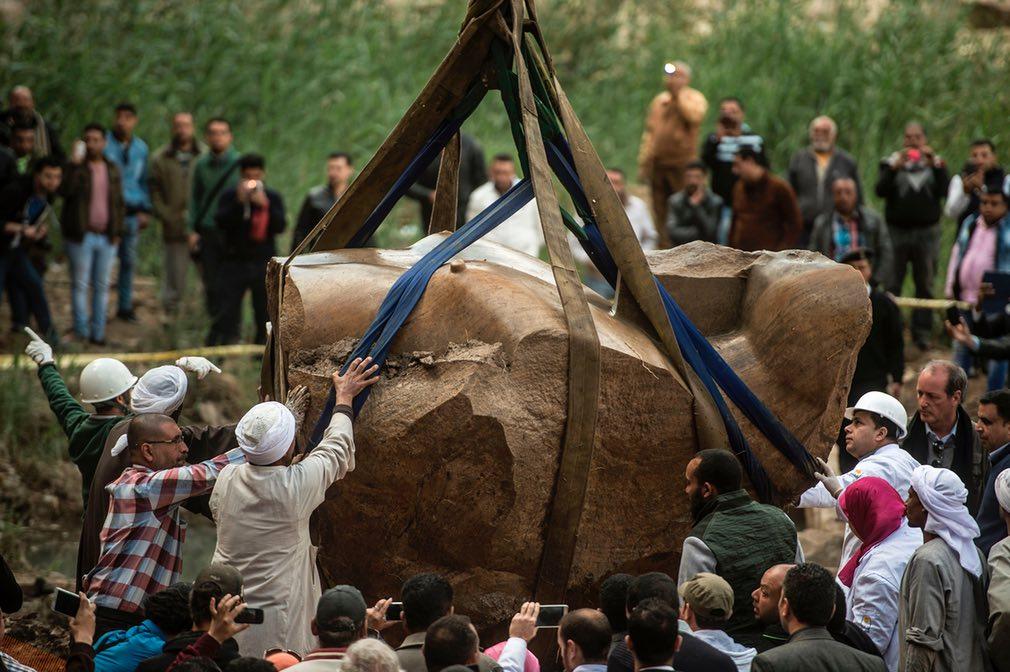نمایی از جریان حفاری مجسمهی کشف شده در شهر قاهره در مصر. تصویر از Getty.