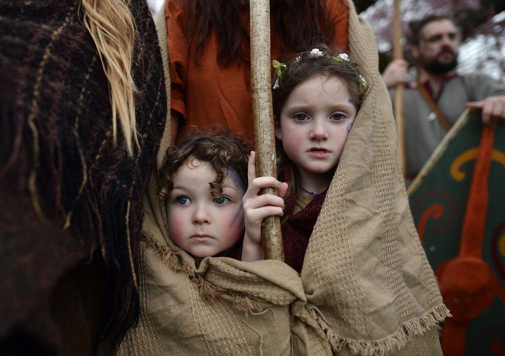 دختران خردسال ایرلند شمالی که در جریان اجرای نمایش پدرشان در یکی از نمایشها در این کشور حضور داشتند. تصویر از Getty.