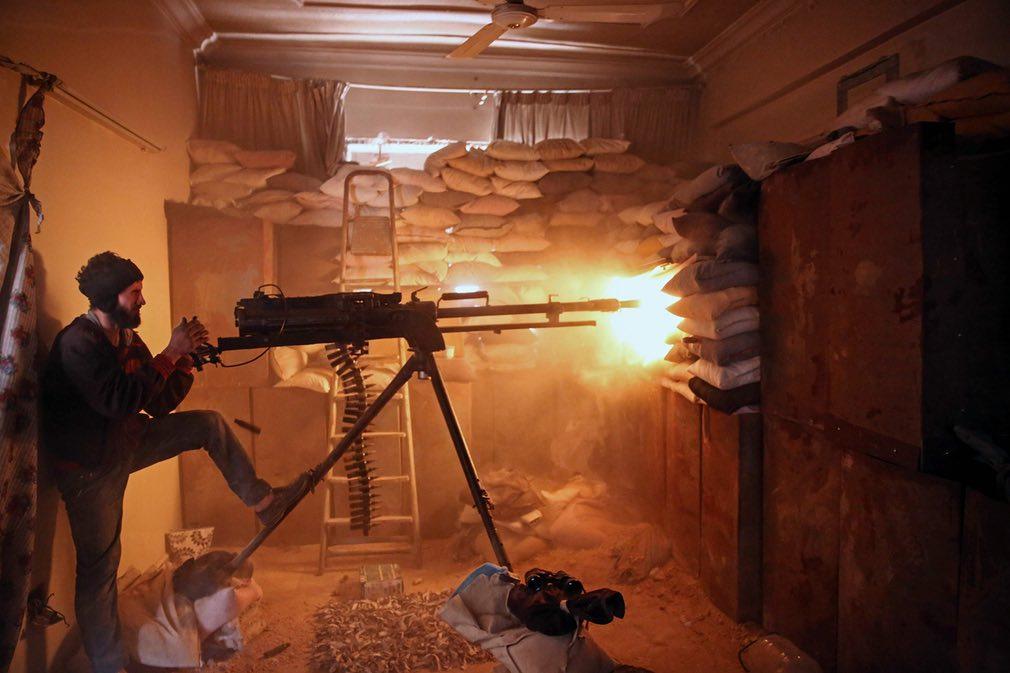 یکی از سربازان نیروهای مخالف در سوریه در حال شلیک کردن در حومهی شرقی پایتخت سوریه. تصویر از Getty.