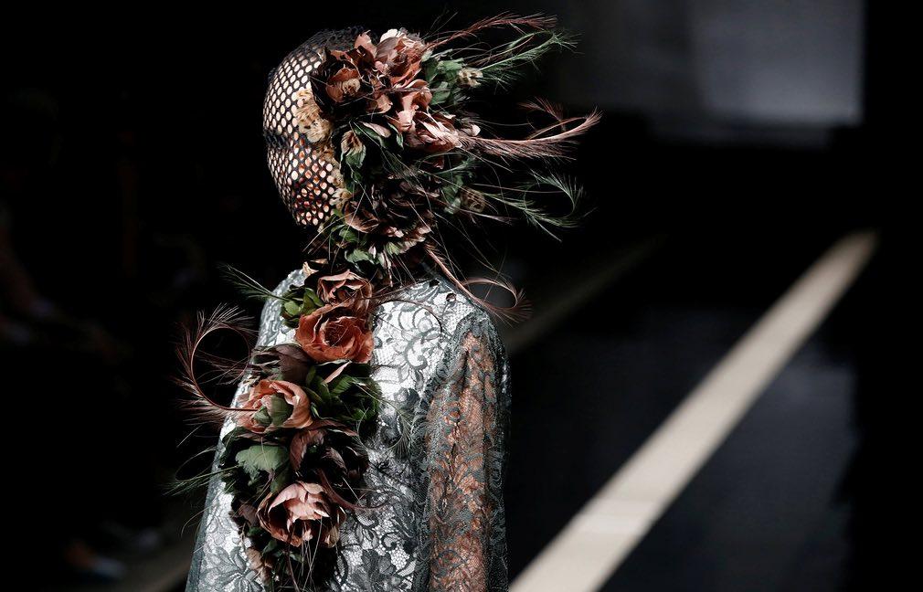یکی از مدلها در حال نمایش طرح جدیدی از لباس در جریان تمایش هفته فیشن توکیو. تصویر از Reuters.
