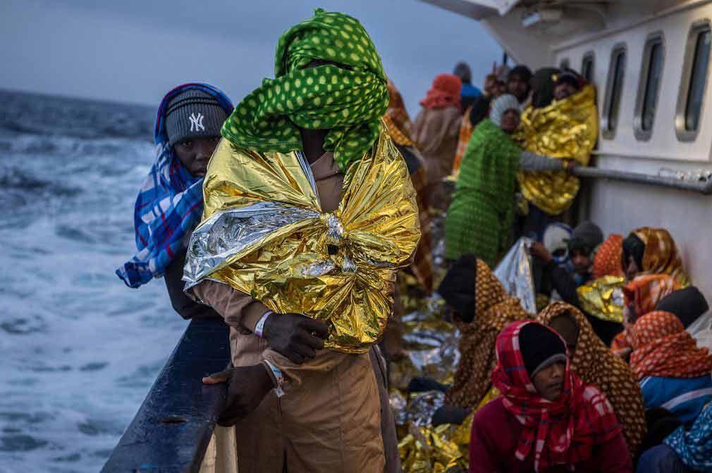 مهاجران و پناهندگان لیبی در داخل کشتی در دریای مدیترانه. تصویر از Getty