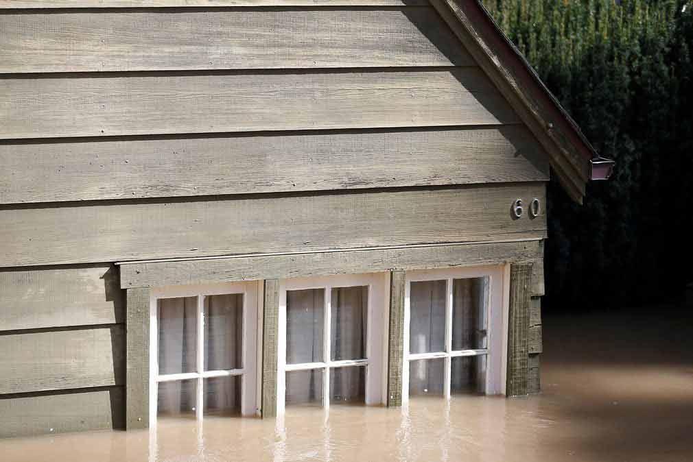 یکی از خانه های متعددی را که در سان جوس کالیفورنیا در اثر شکستن سد سیلاب برده است. تصویر از رویترز