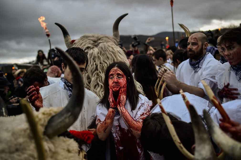 نمایی از جریان جشن در یکی از شهرهای اسپانیایی. تصویر از AP