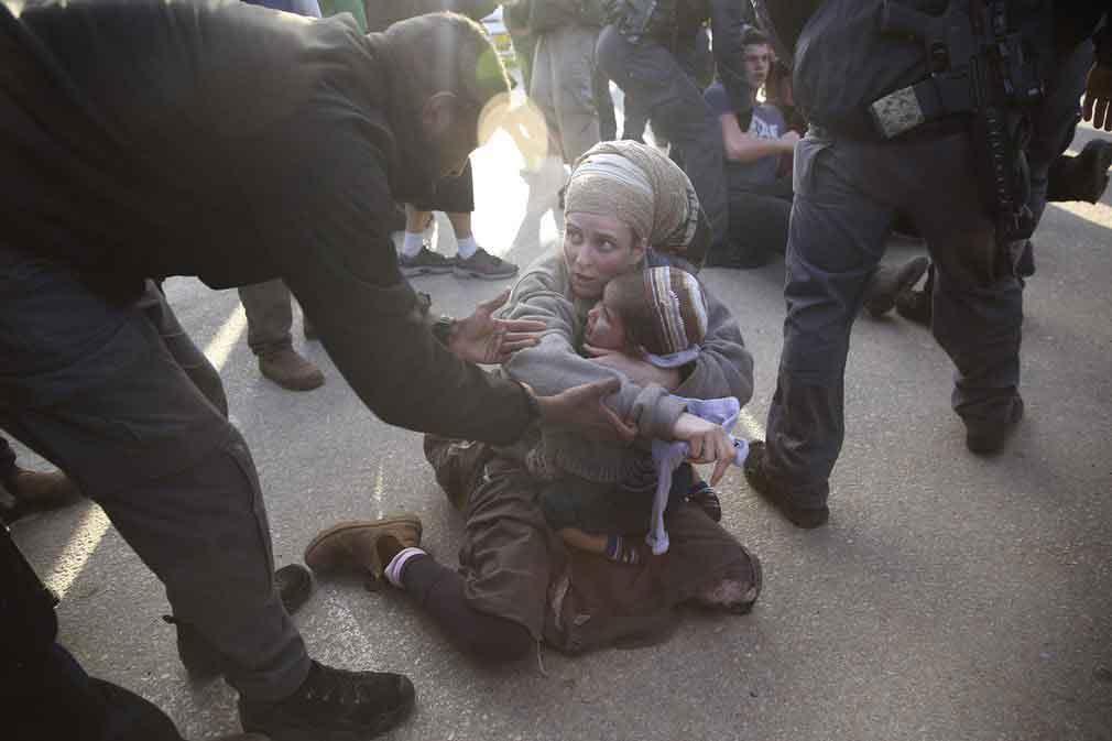 جریان اخراج مهاجران توسط پولیس اسرائیلی از کرانه باختری. تصویر از AP