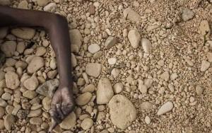 دست یکی از 74 مهاجرین غرق شده در دریا در یکی از سواحل لیبی. تصویر از AFP