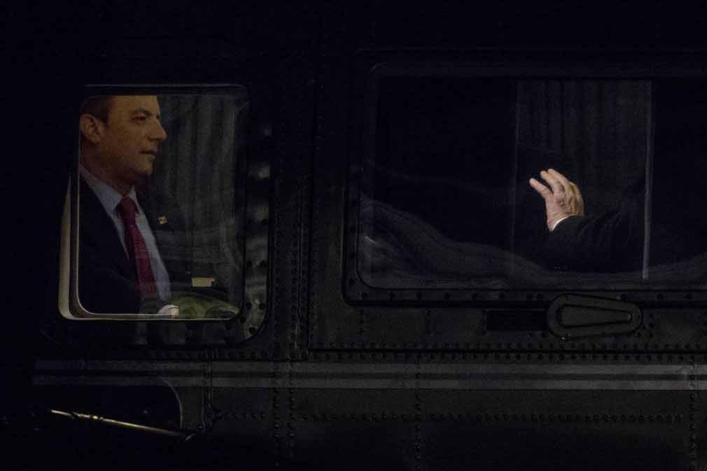 رئیس جمهور دونالد ترامپ در حال صحبت کردن با یکی از مقامات بلند پایه آن کشور در واشنگتن دی سی. تصویر از AP