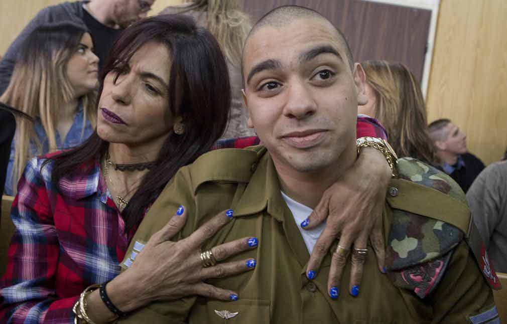 تصویر پزشک نظامی اسرائیلی که یکی از فلسطینی ها را به قتل رسانده بود، همراه مادراش. تصویر از AP