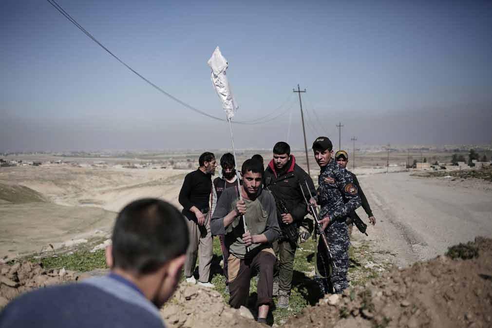 پسران جوان بعد از موفقیت به فرار از مناطق تحت تصرف داعش و رسیدن به ابوسیف که در کنترول نیروهای عراقی می باشد. تصویر از AP