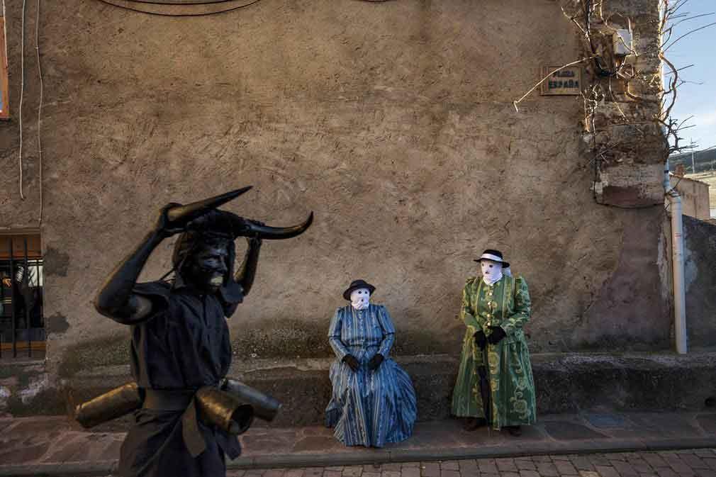 آرایش مردان و زنان برای نمایش در یکی از روستاهای اسپانیایی. تصویر از AP