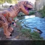 مرد آمریکایی که با پوشیدن لباس شبیه دایناسورها سربه سر تمساح میگذارد