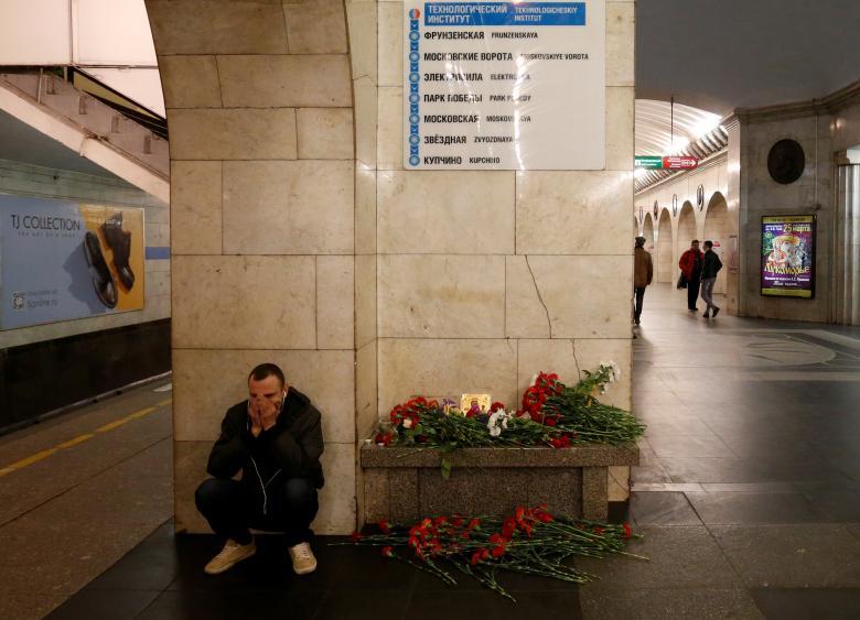 مردی گریهکنان در کنار مکان یادبود و گلگذاری برای قربانیان انفجار متروی سنت پیترزبورگ. این ایستگاه در تکنولوجیکسکی شهر سنتپیترزبورگ روسیه موقعیت دارد / عکس: رویترز
