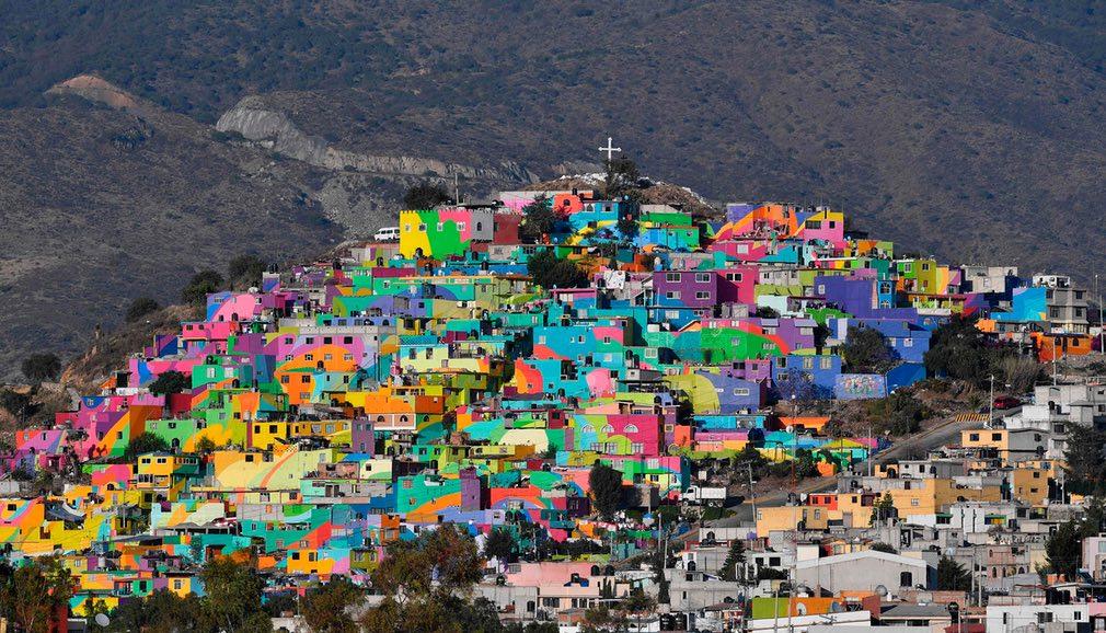 خانههای رنگشدهی رنگارنگ در یک تپه در مکزیک. دولت این کشور با استفاده از این طرح به جوانان بیشتر انگیزه میدهد تا در مناطقی که جرم و جنایت میزان بالایی دارد، آنان بتوانند محیط خود را تزیین کنند و شادابی بیشتر به مردم محل ببخشند. / عکس: آژانس خبری فرانسه