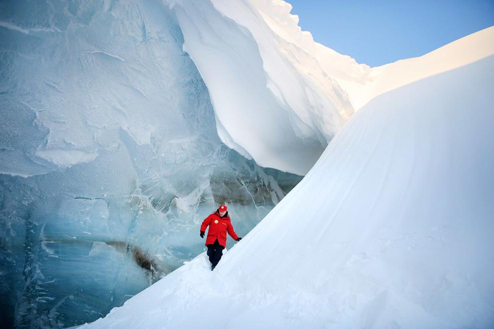 ویلادمیر پوتین، رییس جمهور روسیه در جریان بازرسی از یک غار یخی در الکساندرا، جزیره ای که جزء از مجمعالجزایر فرانتس یوزف در قطب شمال روسیه میباشد / عکس: اسپوتنیک