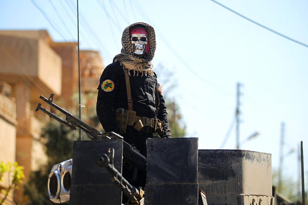 یک نیروی ضد ترور عراق در جریان نگهبانی از منطقهی موصل-الجدیده. پیشتر گزارش شده بود که افراد ملکی زیادی در این منطقه در اثر حملات هوایی علیه داعش جان باخته اند / عکس: ای اف پی