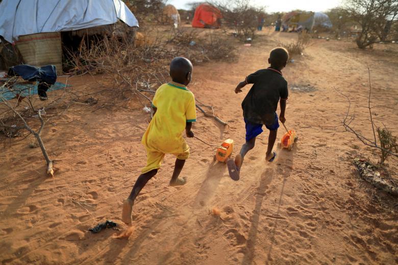 پسرانی که در اثر خشکسالی در مناطق شان آواره شده اند. این تصویر توسط زهره بنسمرا عکاسخبرنگار رویترز زمانی گرفته شده است که آنان با اسباببازی دستساختهی شان روی خاک بازی میکردند / عکس: رویترز