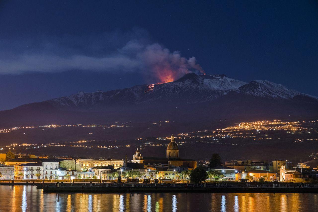 نمای از آتشفشان کوه اتنا. این تصویر توسط یکی از عکاسان اسوشیتت پرس دو شب قبل گرفته شده است