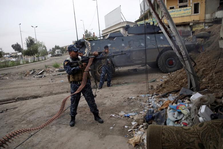 یکی از سرباز پولیس فدرال عراق حین شلیک مسلسل در موصل آن کشور / عکس: رویترز