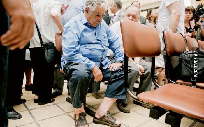 خوزه موجیکا، رییس جمهور قبلی یوروگوای در قطار نوبت بیماران یکی از بیمارستانهای کشورش