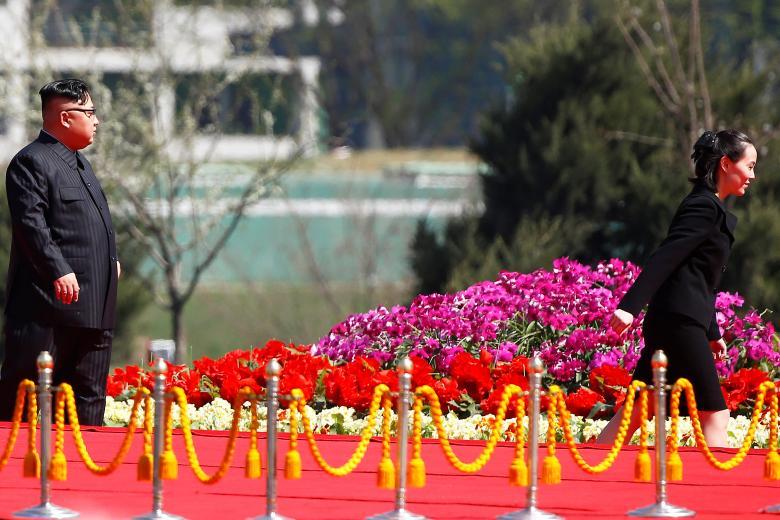 کیم جونگ اون رهبر کوریای شمالی و خواهرش کیم یو جونگ در مراسم یک مجمع مسکونی تازه ساختهشده در جادهی ریمیونگ آن کشور / عکس: رویترز