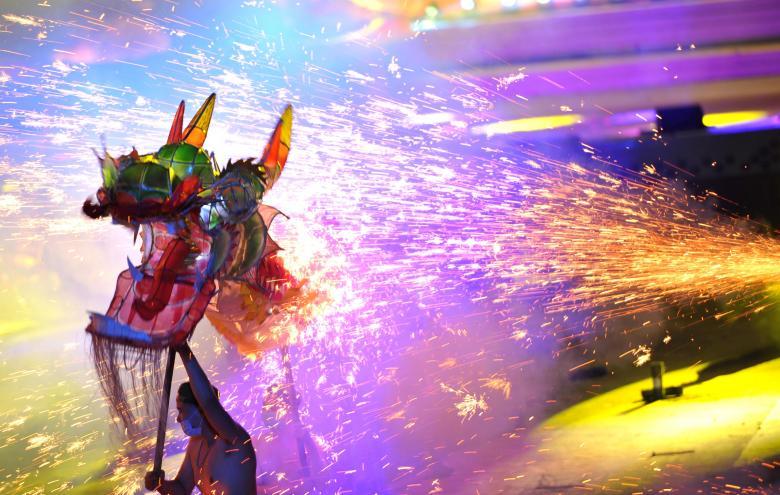 چینیها حین انجام رقص آتش اژدها در تایجنگ – منطقهای در شهر گویروی آن کشور / عکس: روزنامه چین