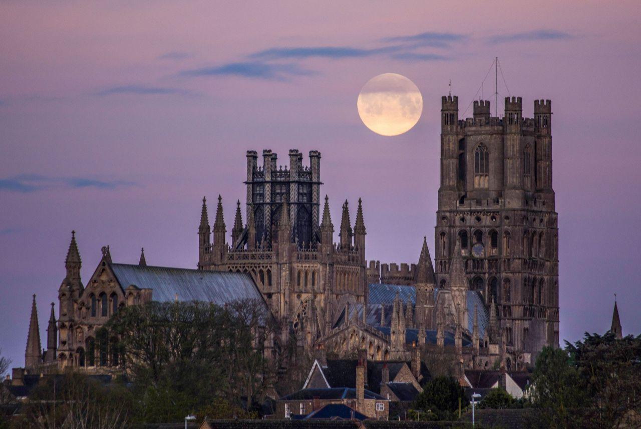 ماه درخشان صورتی در آسمان شایر کمبریج. ساختمانی که در مقابل میبینید مربوط به یک کلیسا است / عکس: ای پی
