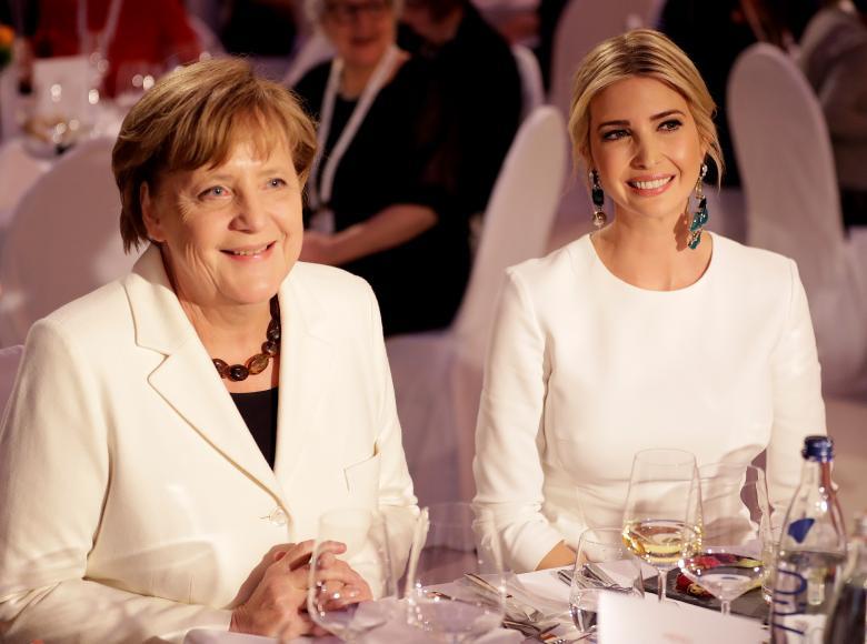 ایوانکا ترامپ و آنگلا مرکل نخست وزیر آلمان در جریان یک مهمانی در برلین. اخیراً از این دو زن به عنوان قدرتمندترین و تاثیرگذاریترین زنان جهان یاد میشود. / عکس: رویترز