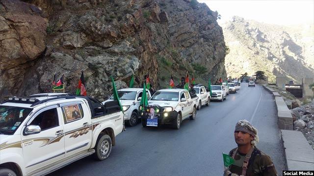 کاروان موترهای نیروهای حزب اسلامی در زمان ورود گلبدین حکمتیار به کابل