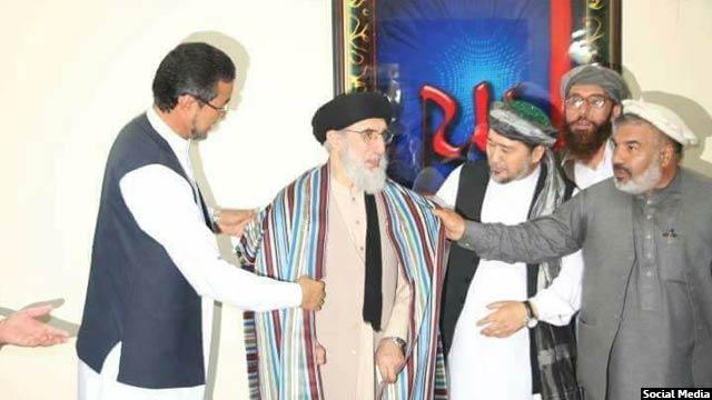 رییس ولسی جرگه افغانستان آقای حکمتیار را مهمان کرد و به او چپن قندوزی داد