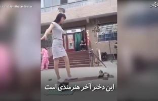 دختری که هنر خود را به نمایش میگذارد