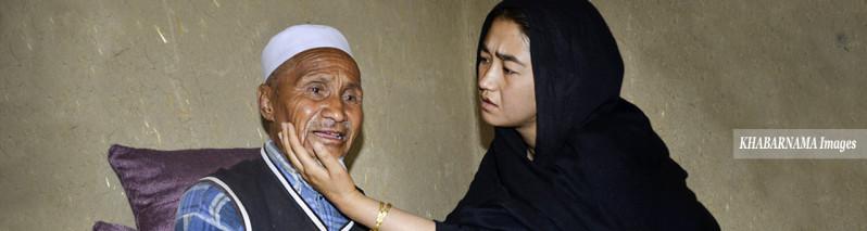 غروب حسین و غم راضیه؛ تاثیر چهارشنبه خونین بر پدر فلج و مادر بیمار در کابل