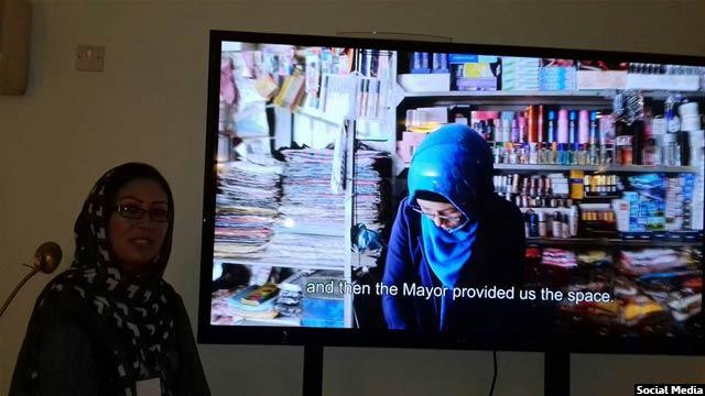 حلیمه رضایی برای بهبود کیفیت صنایع دستی زنان، آنان را آموزش نیز داده است