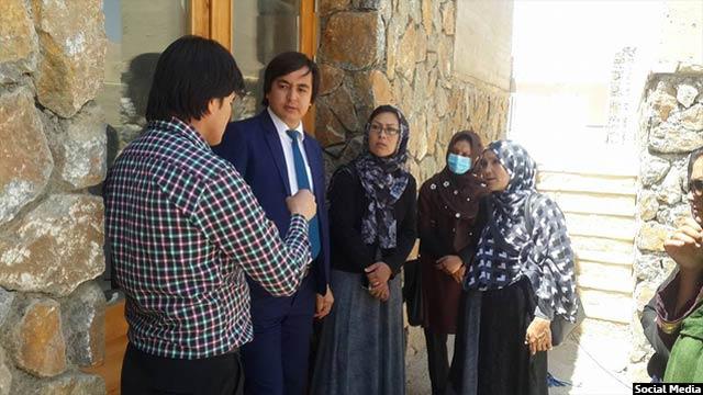 خانم رضایی در کنار فروش وسایل زنانه و خرید و فروش لبنیات روستایی، پارچه میخرید و با آن شال و لباس محلی تهیه میکرد