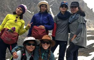 ترویج ورزش کوهنوردی؛ ایستادن دختران افغان بر فراز قله رشته کوههای بابا در بامیان