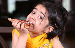 در روز جهانی پیتزا؛ رستورانت یمی و پیتزایی که حالا وارد برنامه غذایی شهروندان افغانستان شده است