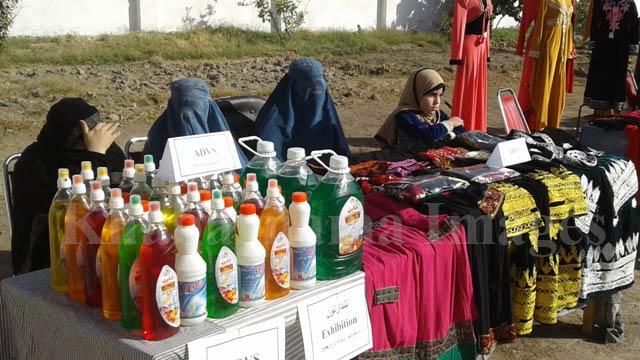 زنان نیازمند در حال بازاریابی و فروش محصولات مجتمع تولیدی معلولان