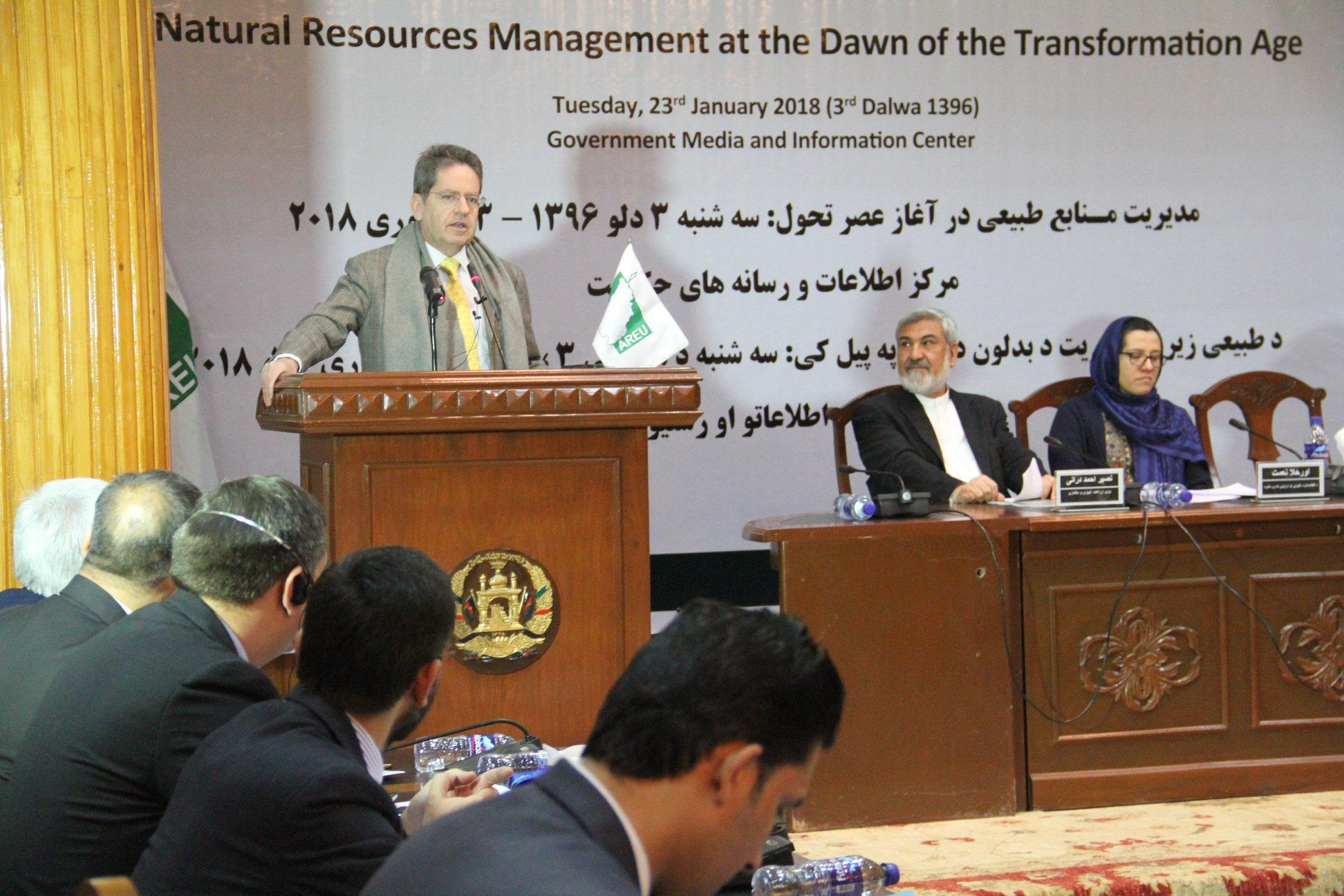 مسوولان واحد تحقیق و ارزیابی افغانستان حین اعلام نتیجه این تحقیق در کابل