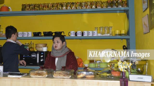 مینا رضایی دختر خانم افغان که از رشته اقتصاد فارغ شده و کارمند یک شرکت خصوصی است و در عین حال مالک این رستورانت زیبا و تازه تاسیس شده، می باشد