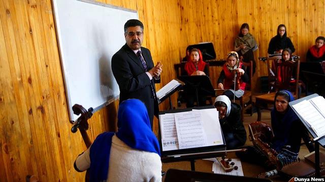 آقای سرمست میگوید که حضور پسران و دختران، ایجاد نهادهای آموزشی موسیقی مثل انستیتوت ملی موسیقی و دیپارتمنت موسیقی دانشکدهی هنرهای زیبای دانشگاه کابل از جمله دستاوردهای خوب در حوزه موسیقی این کشور است