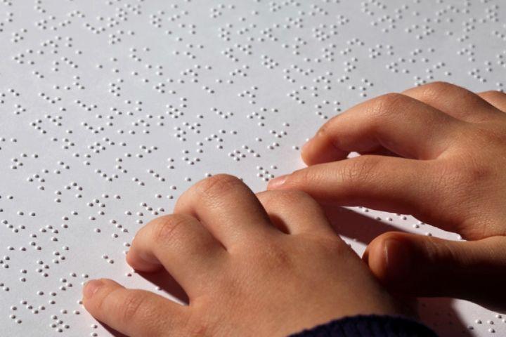 هادی یکی از مشکلات نابینایان را نبود کتابهای اختصاصی نوشته شده با خط بریل میخواند.