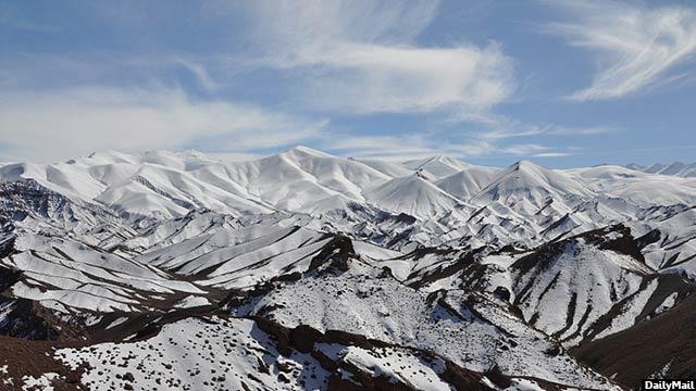 ولایت بامیان بنا بر داشتن تپه های خمیده اش که زمانی مجسمه های کهن بودا در آن از سوی طالبان نابود شدند و دیگر در این ساحه نیستند، شهرت دارد